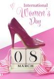 Красивый женский ботинок высокой пятки пинка значка с винтажным затрапезным шикарным деревянным календарем на 8-ое марта, Междуна Стоковая Фотография