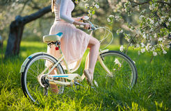 Красивый женский велосипедист с ретро садом велосипеда весной Стоковые Фото