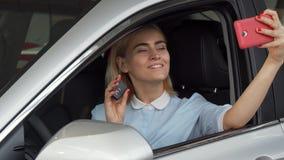 Красивый женский водитель принимая selfies с ее ключами автомобиля сток-видео