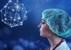Красивый женский доктор и виртуальный компьютер взаимодействуют в иллюстрации 3D Стоковое Изображение