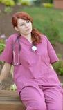 Красивый женский медицинский профессионал внутри scrubs снаружи стоковое изображение rf