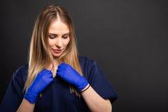 Красивый женский носить дантиста scrubs аранжировать рубашку стоковые фотографии rf