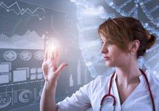 Красивый женский доктор и виртуальный компьютер взаимодействуют в иллюстрации 3D Стоковое Фото