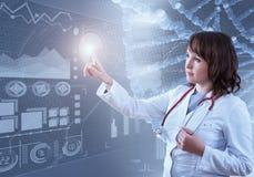 Красивый женский доктор и виртуальный компьютер взаимодействуют в иллюстрации 3D Стоковые Изображения RF