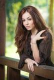 Красивый женский портрет с длинными коричневыми волосами внешними Стоковая Фотография RF
