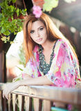 Красивый женский портрет с длинными красными волосами внешними Неподдельный естественный redhead с яркой покрашенной блузкой в па Стоковая Фотография