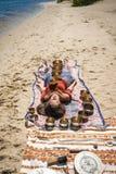 Красивый женский получая массаж энергии ядровый с шарами петь на речном береге Стоковые Фото
