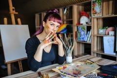 Красивый женский художник с фиолетовыми волосами и пакостными руками стоковые изображения rf
