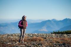 Красивый женский hiker наслаждаясь красивым ландшафтом природы Стоковые Фото