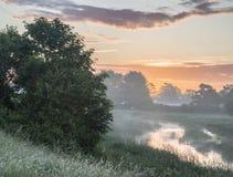 Красивый живой восход солнца лета над английским landsc сельской местности Стоковое фото RF