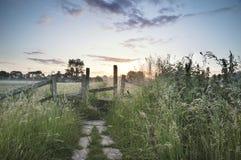 Красивый живой восход солнца лета над английским landsc сельской местности Стоковые Фотографии RF
