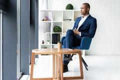 Красивый жизнерадостный Афро-американский человек административного вопроса на офисе места для работы стоковое изображение rf