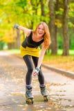 красивый жизнерадостный active конька ролика девушки Стоковое Фото