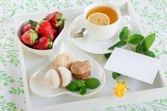 Красивый завтрак в кровати на белых подносе и розе желтого цвета Стоковые Фото