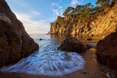 Красивый залив в Косте Brava в Испании с методом долгой выдержки стоковое фото rf