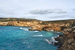 Красивый залив с водой бирюзы стоковая фотография rf