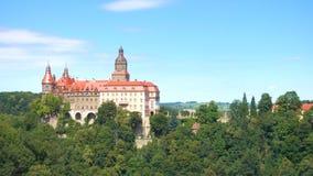Красивый замок Zamek Ksiaz на холме близко городка Walbrzych сток-видео