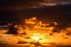 Красивый заход солнца в Атлантическом океане с изумительными облаками Стоковое Изображение