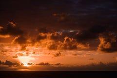Красивый заход солнца в Атлантическом океане с изумительными облаками Стоковое Изображение RF