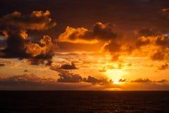 Красивый заход солнца в Атлантическом океане с изумительными облаками Стоковые Фото