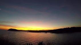 Красивый заход солнца в заливе в Косте Brava, Испании видеоматериал