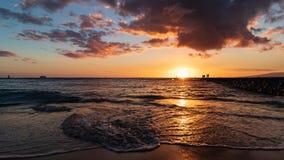 Красивый заход солнца в пляже Гонолулу Waikiki стоковая фотография