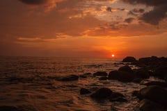 Красивый заход солнца в пляже Таиланде Пхукета стоковое изображение rf