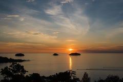 Красивый заход солнца и небо моря, совершенное небо и вода Стоковое Изображение