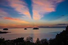 Красивый заход солнца и небо моря, совершенное небо и вода Стоковые Изображения
