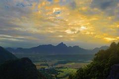 Красивый заход солнца ландшафта от взгляд сверху на moutain Стоковое Изображение RF