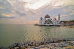 Красивый заход солнца над величественной мечетью, проливы Малаккы плавает стоковое фото rf