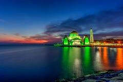 Красивый заход солнца над величественной мечетью, проливы Mosqu Малаккы стоковая фотография rf