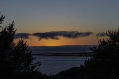 Красивый заход солнца над заливом стоковые изображения rf