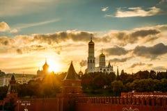 Красивый заход солнца над Кремлем в Москве стоковые изображения rf