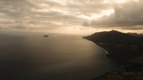 Красивый заход солнца над морем, вид с воздуха bali Индонесия сток-видео