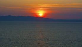 Красивый заход солнца над морем огня, увольняет Солнце сидит над морем, стоковое фото rf