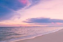 Красивый заход солнца над морем с драматическими облаками Стоковое Изображение