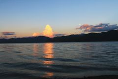 Красивый заход солнца над озером lugu стоковые изображения rf