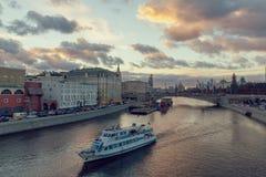 Красивый заход солнца над рекой Moskva и touristic курсировать шлюпки стоковые фото
