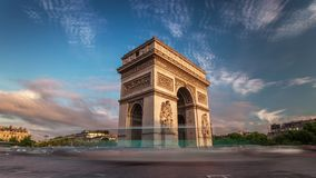 Красивый заход солнца над Триумфальной Аркой Франция paris Timelapse сток-видео
