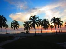 Красивый заход солнца над тропическим курортом каникул стоковая фотография