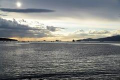 Красивый заход солнца на английском заливе Ванкувере стоковые изображения
