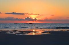 Красивый заход солнца на Атлантическом океане, Viana do Castelo, Португалия Стоковая Фотография RF