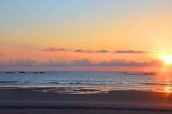 Красивый заход солнца на Атлантическом океане, Viana do Castelo, Португалия Стоковые Изображения RF