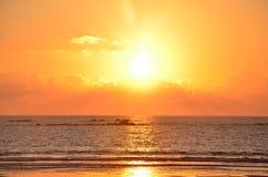 Красивый заход солнца на Атлантическом океане, Viana do Castelo, Португалия Стоковое фото RF
