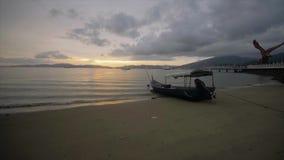 Красивый заход солнца на малайзийском пляже акции видеоматериалы