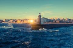 Красивый заход солнца на маяке океана на побережье Порту Стоковые Изображения