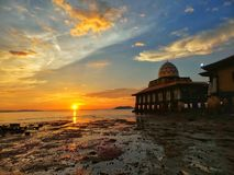 Красивый заход солнца на мечети Hussain Al, Kuala Perlis, Малайзии стоковые изображения