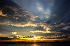 красивый заход солнца на море, пляж заходов солнца, красивый вид, красивые заходы солнца, выравниваясь на пляже морем, Стоковая Фотография RF