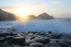 Красивый заход солнца на мощёной дорожке гигантов стоковые изображения rf